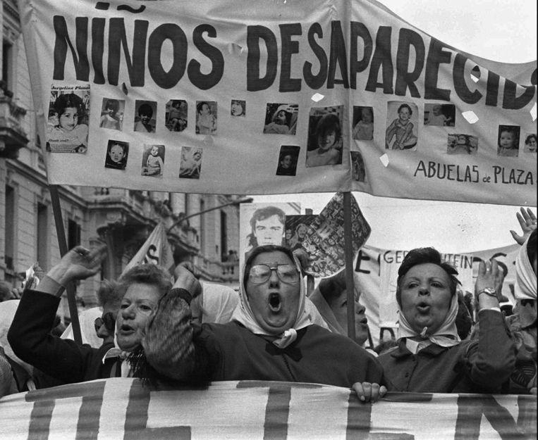 Moeders van slachtoffers van de junta demonstreren op de Plaza de Mayo in Buenos Aires, december 1979. Beeld ap