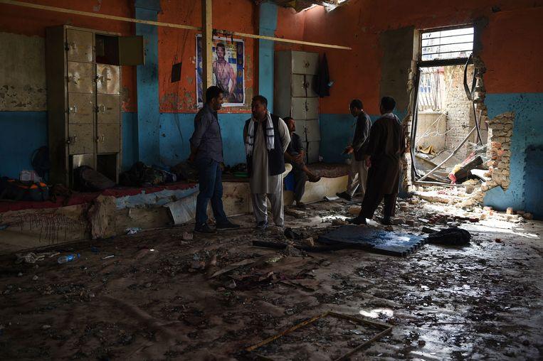 Inwoners verzamelen in de worstelclub, waar de aanslag werd gepleegd.