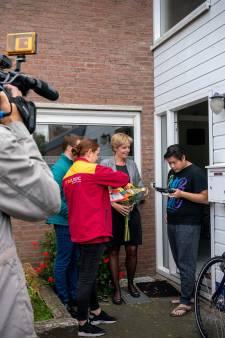 Wethouder levert voor het eerst paspoort bij de voordeur af