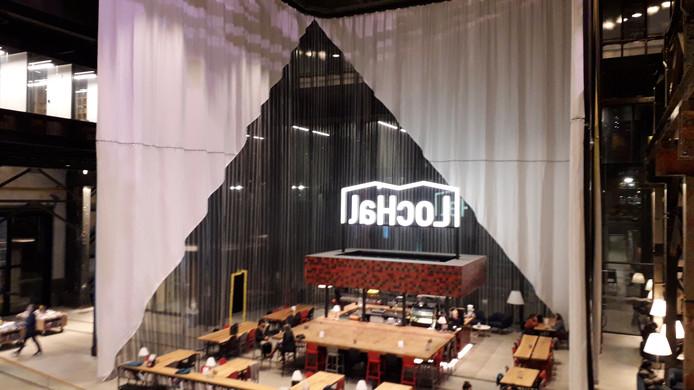 In de LocHal hangen enorme gordijnen die zijn gemaakt bij het Textiellab in Tilburg