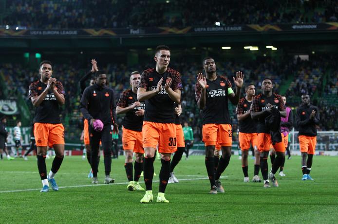 De teleurgestelde PSV'ers danken de meegereisde supporters.