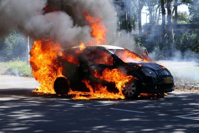 Een personenauto vatte spontaan vlam.