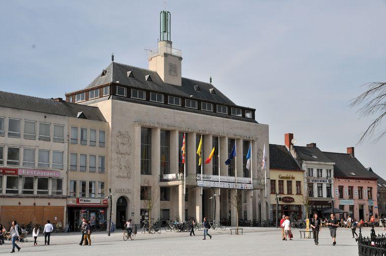 De politiepost op de Grote Markt bevindt zich aan de rechterkant van het stadhuis.