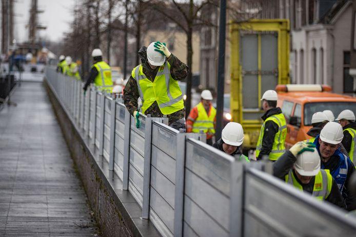 De waterkering in het centrum van Kampen hoeft voorlopig nog niet opgebouwd te worden.