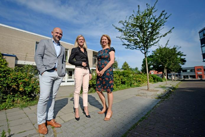 Bas Goossens en Sien Vels (midden) van Explorius met wethouder Mariska ten Heuw bij de oude kweekschool aan de Paul Krugerstraat.