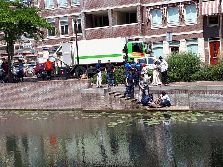 De vrouw werd snel uit het water gered.