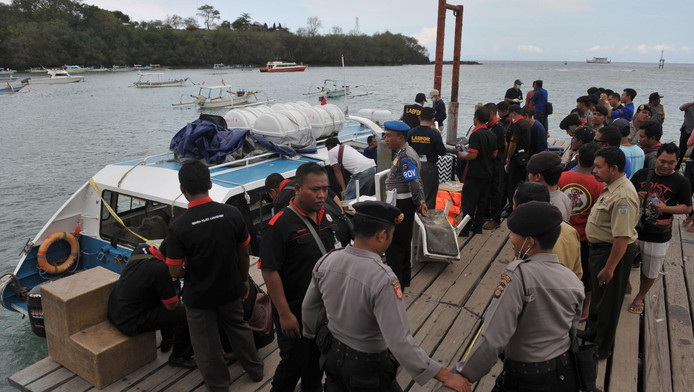 De Indonesische politie onderzoekt de boot waarop de ontploffing plaatsvond
