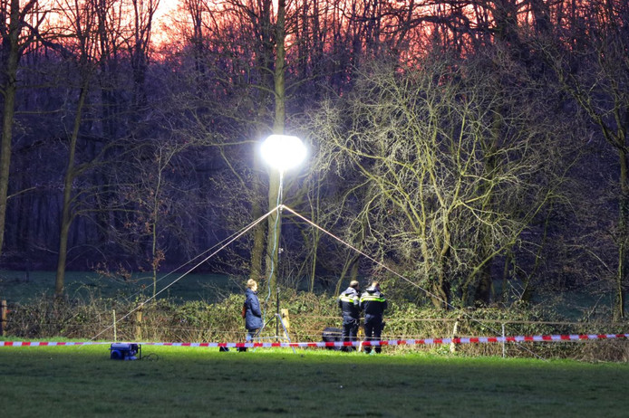 De politie doet in Enschede onderzoek naar - vermoedelijk - menselijke resten.