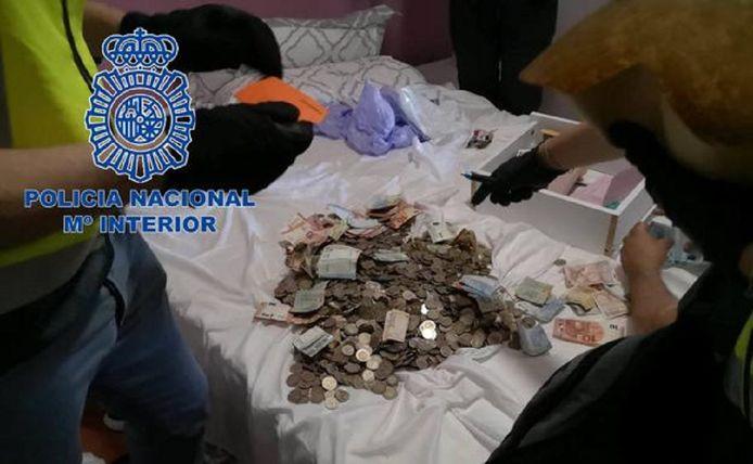 Naast drugs vonden de speurders ook contant geld en xtc-pillen.