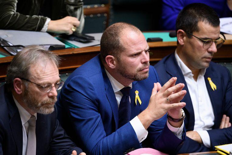 Theo Francken, hier in de Kamer tussen N-VA-fractieleider Peter De Roover en Kamerlid Sander Loones.