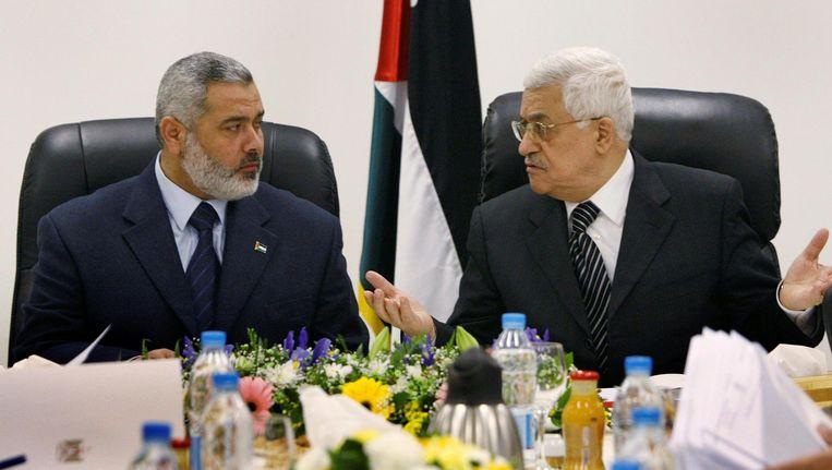 Hamas-leider Ismail Haniyeh (links) met de Palestijnse president Mahmoud Abbas in 2007, voordat diens Fatah-partij uit Gaza werd verjaagd. Beeld Reuters