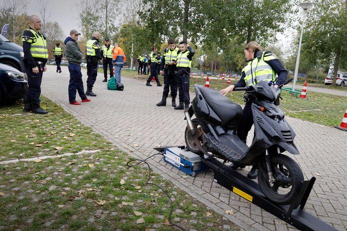 Rent-A-Cop in Nijmegen: het controleren van scooters in de wijk Hatert.