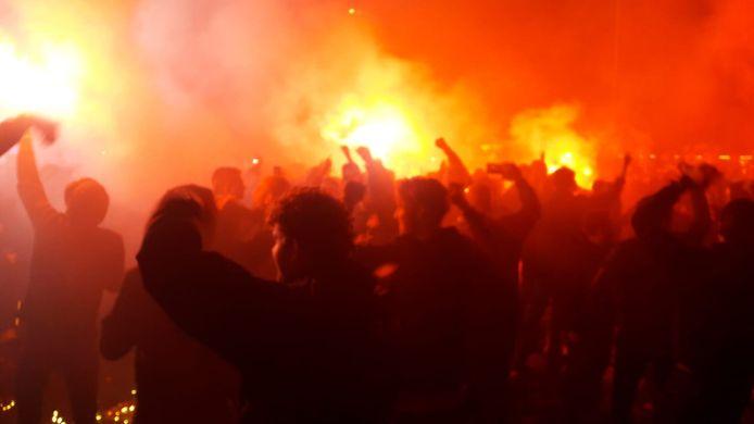Supporters van Willem II staan dicht op elkaar op het fanplein in Tilburg.