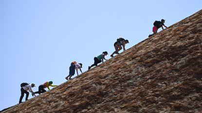 Lange wachtrij voor laatste beklimming Australische rots Uluru