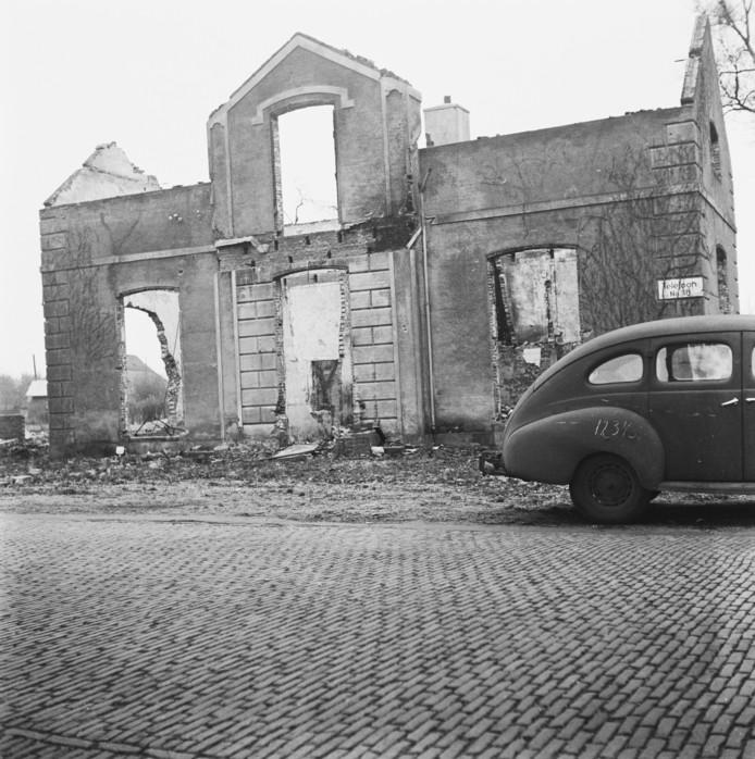 Een van de 105 huizen die door de Duitsers in brand zijn gestoken als represaillemaatregel voor een aanslag op een Duitse militair