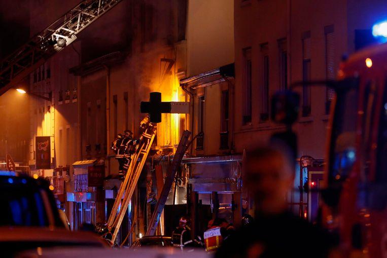 De brandweer is druk bezig de brand onder controle te krijgen.