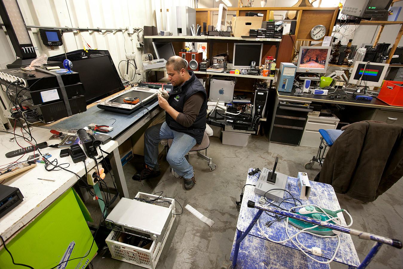 Achter de schermen bij kringloopwinkel Aktief: de afdeling waar elektrische apparaten worden gerepareerd.