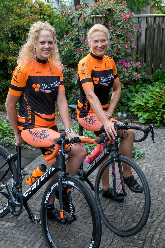 Wendy de Laat (links) en Alrie van de Ven zijn klaar voor deelname aan de Neterselse koers Presto Pedale.