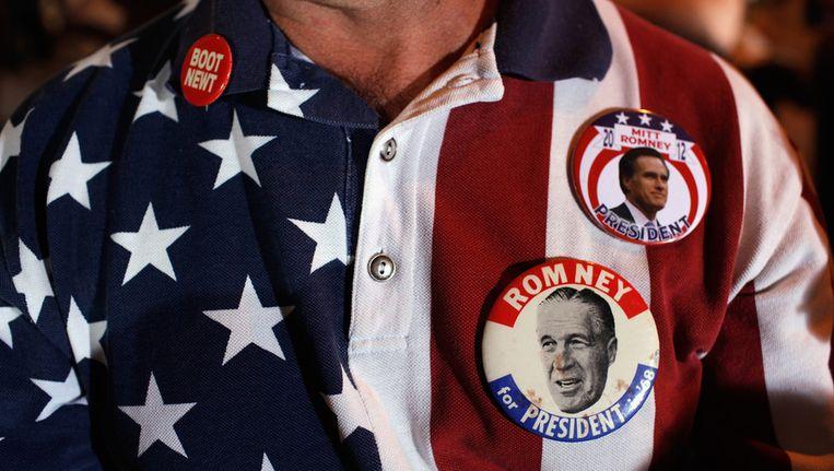 Een aanhanger van Mitt Romney maakt dat kenbaar via buttons. Beeld ANP