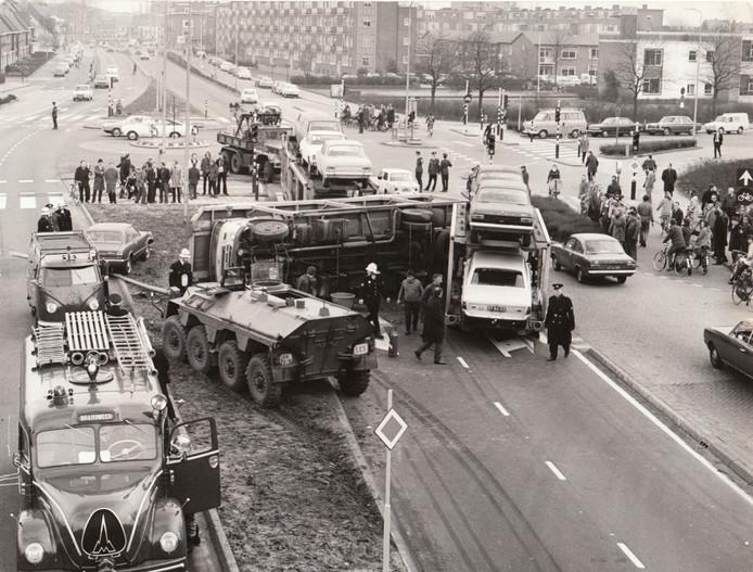17 februari 1972: gecompliceerde aanrijding op de Marconilaan, ter hoogte van de kruising met de Antony van Leeuwenhoeklaan. Bij het ongeval kantelde een vrachtwagen met aanhanger, geladen met Ford personenauto's. Een lesvoertuig van de landmacht kon nog net uitwijken richting middenberm.