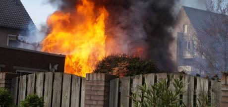 Schuur, schutting en poort gaan in vlammen op in Drunen