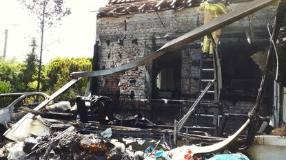 Hevige brand veroorzaakt door slecht gedoofde afvalbrand