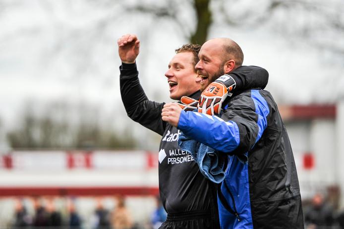 Bart van de Beek (rechts) viert een overwinning van GVVV met collega-doelman Johan Jansen.