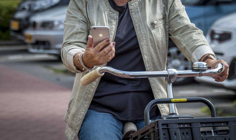 Een fietser neemt al append deel aan het verkeer. Beeld anp