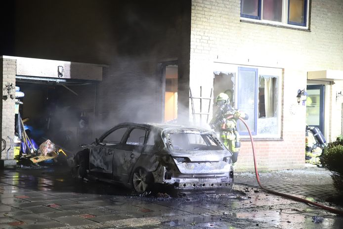 De auto, woning én garage liepen schade op door de voertuigbrand aan de F. J. Ebbenstraat in Tiel.