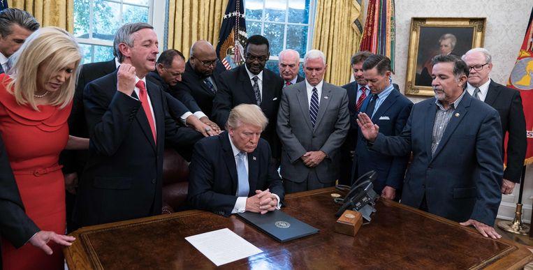 President Trump bidt met religieuze leiders in het Oval Office, september 2017. Beeld Nichoals Kamm/AFP/Getty Images