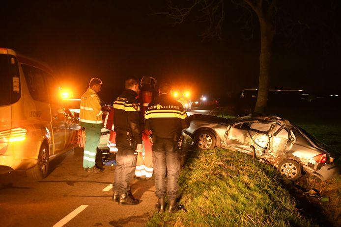 De auto raakte door nog onbekende auto van de weg en botste vol op een boom.