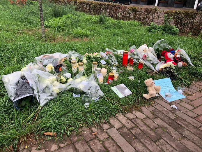 Vlakbij de plek van het ongeluk is een gedenkplek ontstaan met bloemen, kaarsen en kaarten.