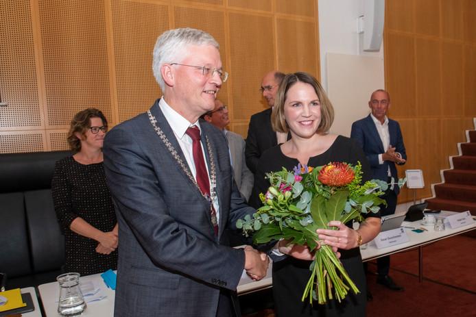 Anne Zouridis na de installatie als raadslid door burgemeester Weterings.