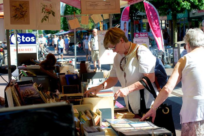 De boekenmarkt in Ermelo is gebaat bij droog weer. De voorspellingen voor zaterdag zijn echter zo slecht, dat er geen kramen worden neergezet in de Stationsstraat.