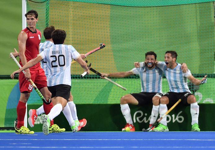 Agustin Mazzilli (r) viert met zijn Argentijnse ploeggenoten zijn doelpunt in de met 4-2 gewonnen olympische finale tegen Belgie Foto Pascal Guyot/AFP