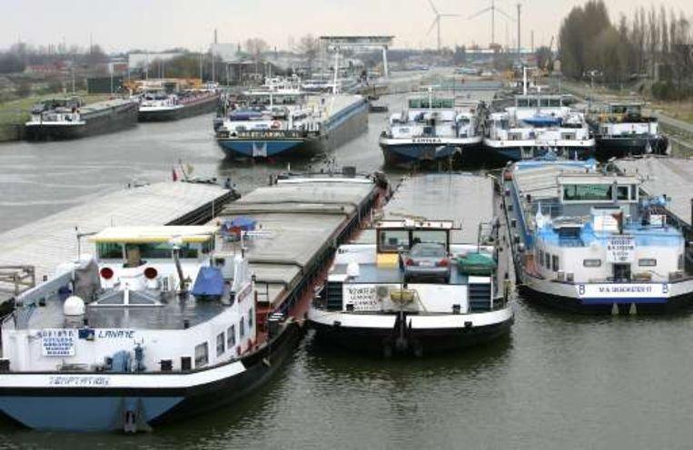 Door acties van de Vlaamse ambtenaren lagen er eerder deze week al een honderdtal schepen vast voor de sluis in Evergem.