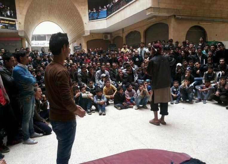 Leden van ISIS houden een lezing voor inwoners van Raqqa. Beeld null
