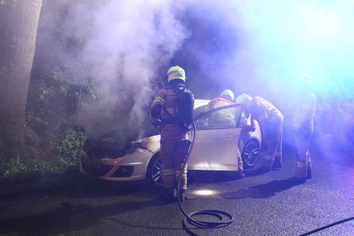 Op de Bisschopsweg in Lunteren is vrijdagavond omstreeks 23:45 uur een personenauto in brand gevlogen.