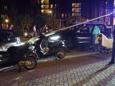 Bestuurder raakt onwel en ramt lantaarnpalen en muurtje omver in Deventer