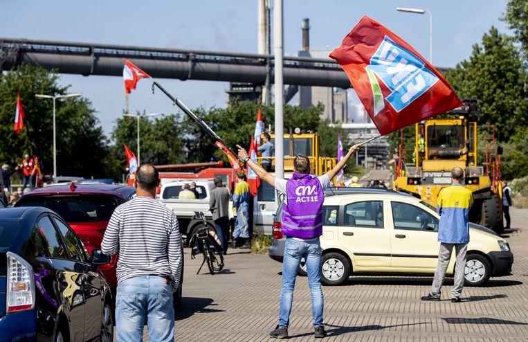 Werknemers van Tata Steel Nederland houden een toeterdemonstratie bij de fabrieken in IJmuiden. Ze zijn boos omdat de topman moest vertrekken. Beeld EPA, Koen van Weel