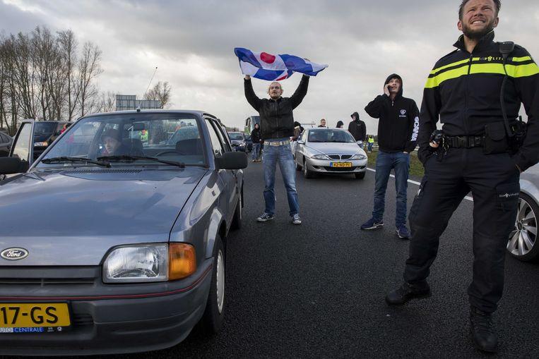 18 november 2017: De auto-blokkade van voorstanders van Zwarte Piet  op de A7 in Joure. De politie greep niet in.