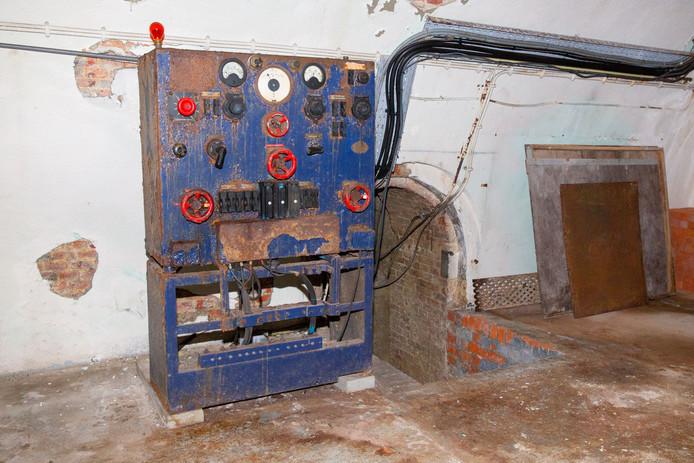 Een oude stroomgroep in de kazemat, die aan de bunker werd toegevoegd.