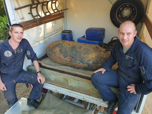Twee ontmijners van DOVO bij de bom.