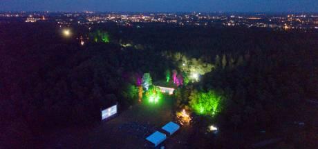 Film is bijzaak op bosweide tijdens festival in Apeldoorn, sfeer is uniek