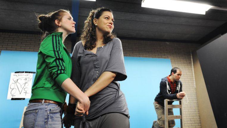 Scene uit het toneelstuk 'Geen Gezicht' van Theater Aanz, dat homoseksualiteit bespreekbaar wil maken. © Guus Dubbeldam/ de Volkskrant Beeld