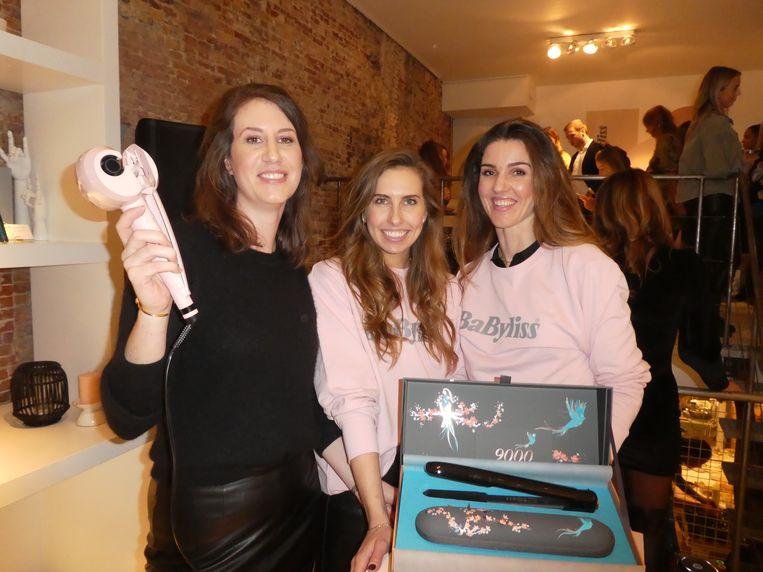 Team Babyliss: Emma Aarts, met de Curl Secret, en Bodine Metz en Saray Verlinden bij de nieuwste ontdekking: de draadloze stijltang. Beeld Hans van der Beek