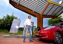 Fastned-baas Michiel Langezaal laadt een elektrische auto op