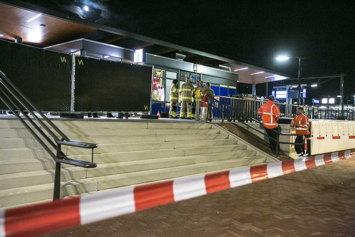 Bij het station in Elst zijn twee mensen omgekomen, nadat ze onder een passerende trein kwamen.