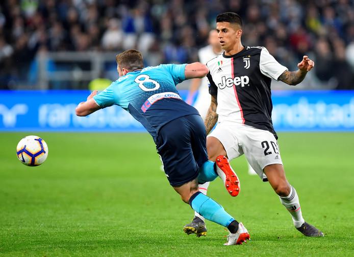 Joao Cancelo (Juventus) in duel met Robin Gosens van Atalanta Bergamo.