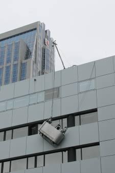 Glazenwasser bungelt op grote hoogte door losgeschoten kabel